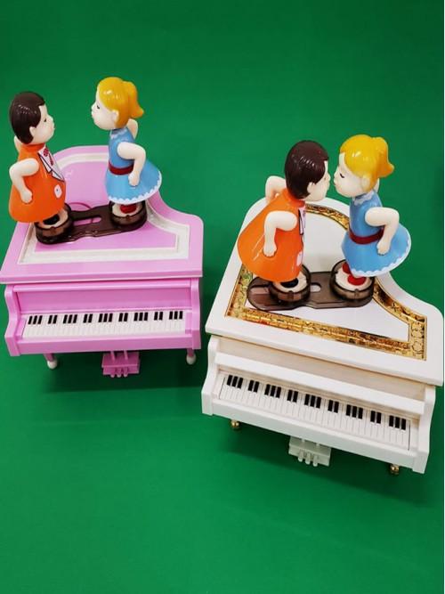 Piyano Tasarımlı Öpüşen Çiftler Müzik Kutusu