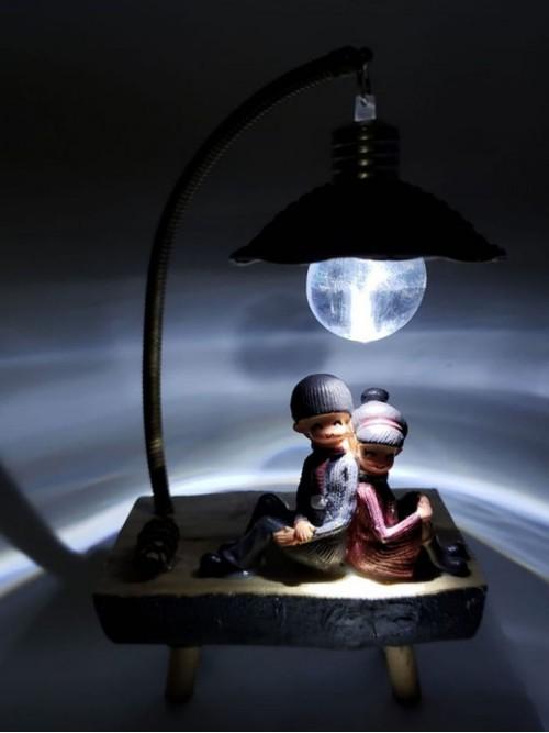 Ahşap Bankta Oturan Işıklı Genç Çift Aşıklar Biblo